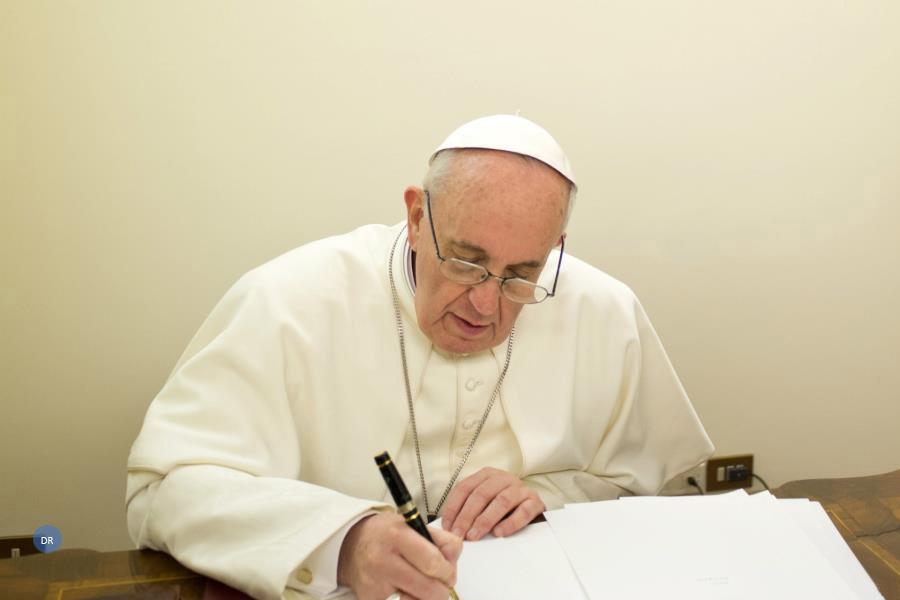 """Papa assina """"manual de espiritualidade"""" para o Cristianismo do século XXI"""