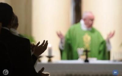 Um bom padre «compromete-se com a vida das pessoas», afirma o Papa Francisco
