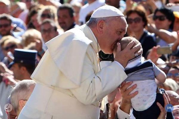 Papa defende aposta na Família para superar «colonização do dinheiro»