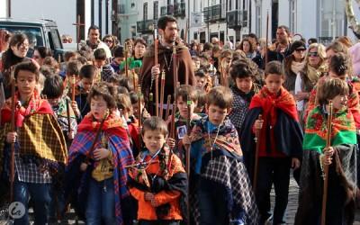 Cerca de centena e meia de alunos saem à rua para a Romaria em Ponta Delgada