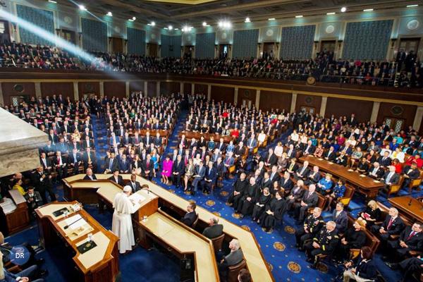 Papa pede fim da pena da morte e do tráfico de armas em discurso histórico