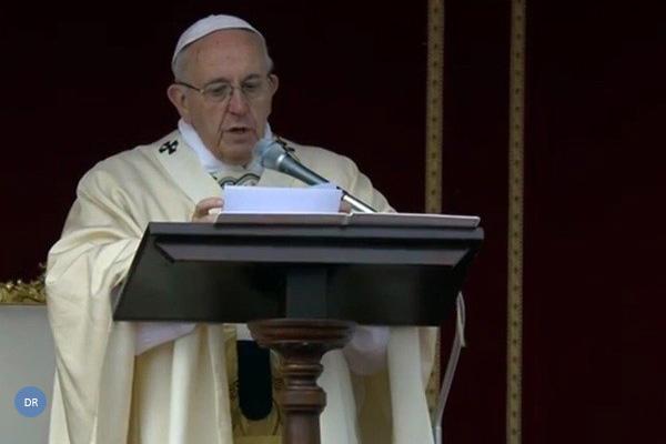 """Francisco pede aos cristãos que se """"deixem abraçar"""" pela misericórdia divina"""