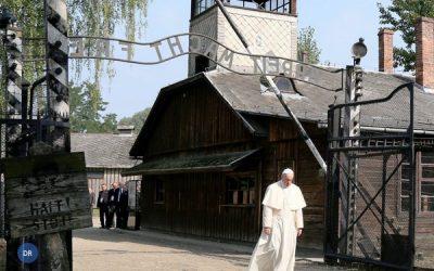 Papa prestou homenagem silenciosa em Auschwitz, símbolo da «crueldade»