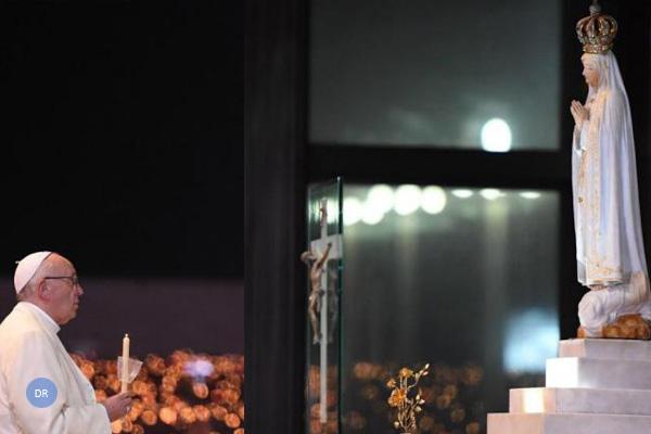 Francisco lança apelo à paz, após ser recebido por milhares em Fátima