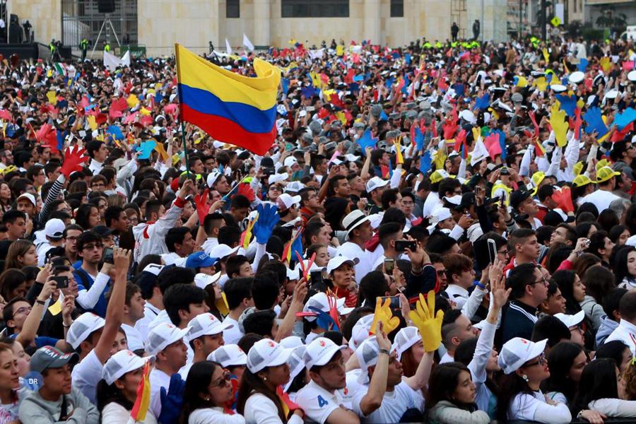"""Papa desafia jovens colombianos a """"voar alto"""" e sem desejo """"de vingança"""""""