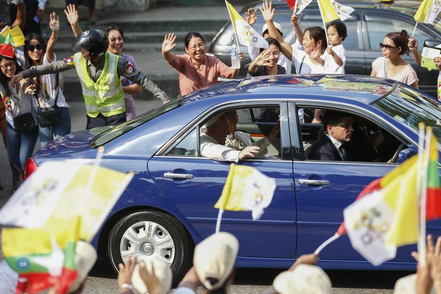 Papa recebido em clima de festa numa visita inédita