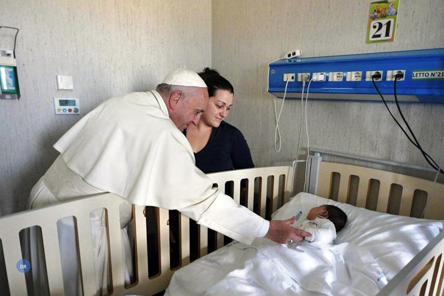 Papa faz visita surpresa a hospital pediátrico e dedica mais um dia aos mais frágeis