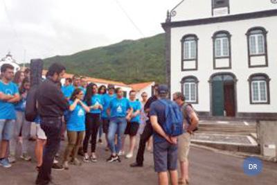 Dois sacerdotes em missão porta-a-porta no Pico
