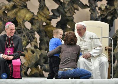 Audiência pública marcada por «catequese» de criança autista que brincou diante do Papa