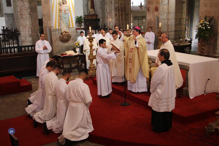 """Seminaristas instituídos no ministério do acolitado são a """"imagem viva"""" de quem escuta e segue Jesus, diz bispo de Angra"""