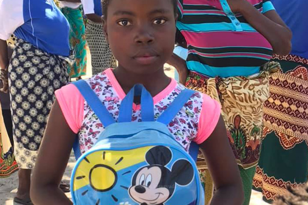 Missão Sorrir Moçambique envia 800 mochilas escolares para crianças da zona de Maxixe