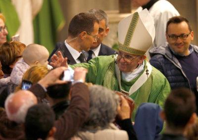 Papa diz que católicos devem ir ao encontro de todos, sem «excluir» ou julgar