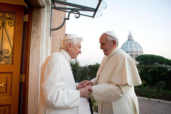 Livro sobre pedofilia junta pensamento dos papas Francisco e Bento XVI