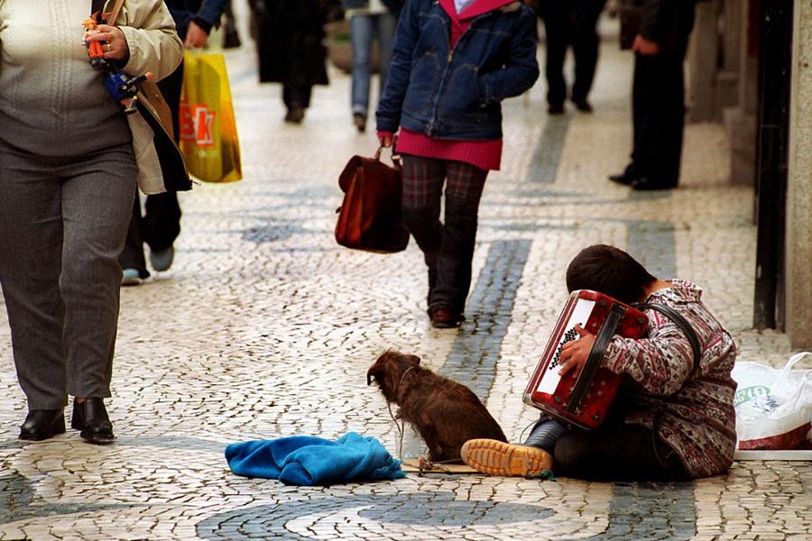 Um em cada três açorianos é pobre, diz sociólogo