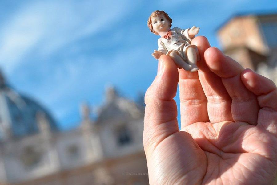 Papa abençoou imagens do Menino Jesus e pediu Natal com atenção aos mais necessitados