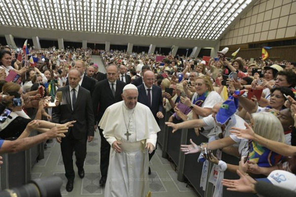 Papa denuncia perseguição e discriminação contra cristãos