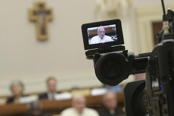 Papa alerta para narrativas «falsas» e «devastadoras»