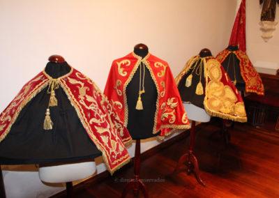 Capas do Senhor Santo Cristo em exposição no Museu dos Baleeiros no Pico