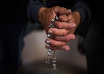 Francisco convida a «redescobrir beleza» da oração do Terço em casa