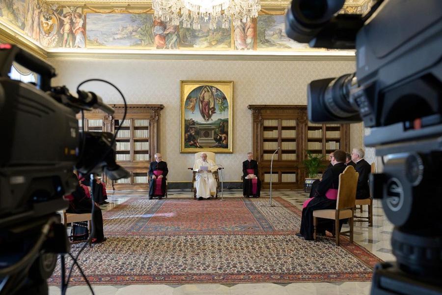 Papa presta homenagem a profissionais de saúde que morreram na pandemia do Covid-19