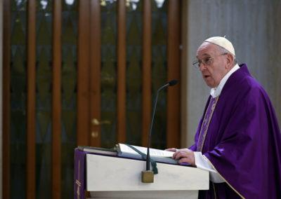 Papa reza por quem vive com medo ou incerteza sobre o futuro, por causa da pandemia