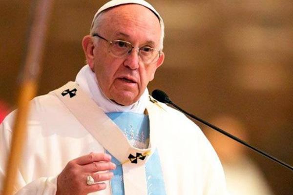 Francisco pede que os Estados protejam as famílias