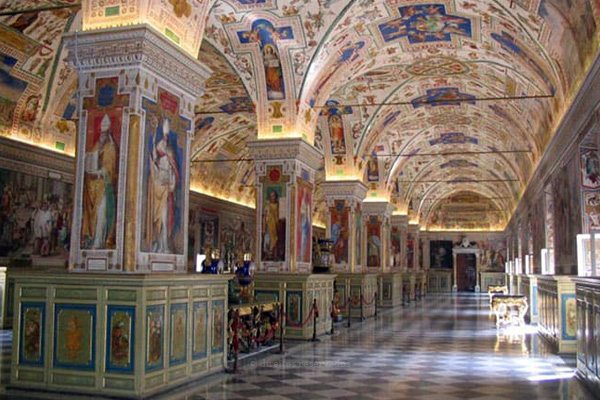 Papa corta salários dos cardeais no Vaticano em 10% para responder a crise económica