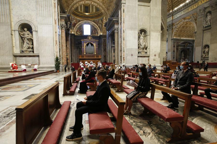 """Vaticano anuncia que Papa vai presidir a celebrações com participação """"muito limitada"""", nos próximos meses"""