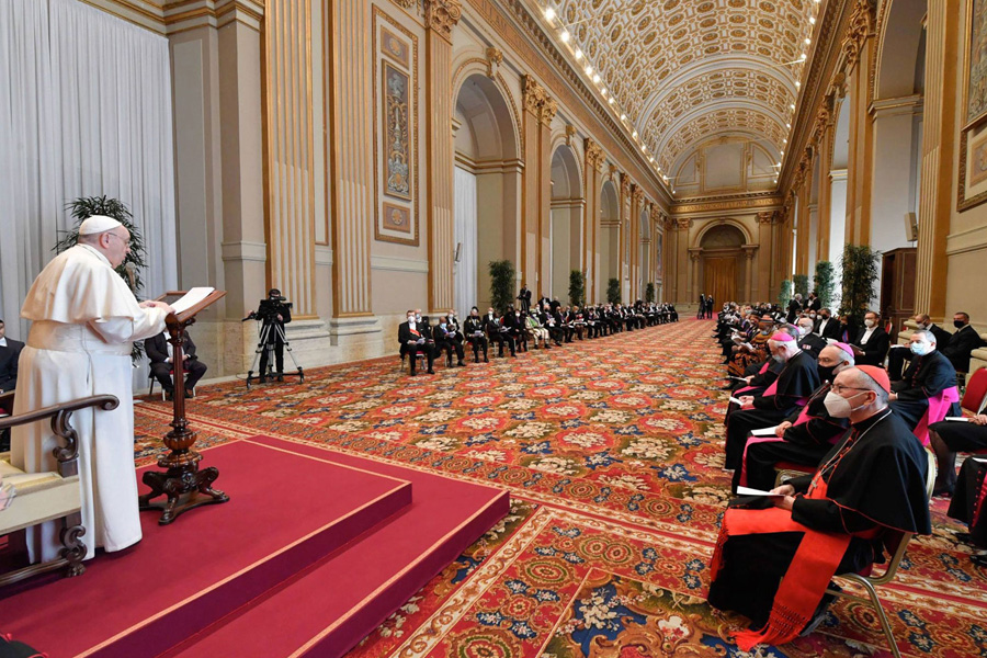 """A crise dos relacionamentos humanos é a """"mais grave de todas"""" e a maior catástrofe a da educação, afirma o Papa"""