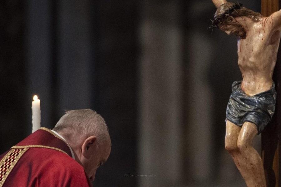 Católicos evocam morte de Jesus e rezam pelas vítimas da pandemia
