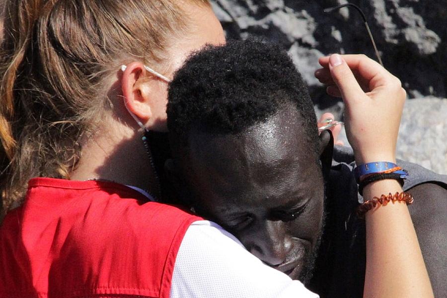 Abraço entre imigrante e voluntária da Cruz Vermelha em Ceuta