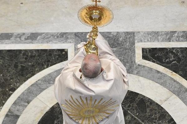 """Papa convida a celebrar """"luz que ilumina os caminhos da vida"""""""