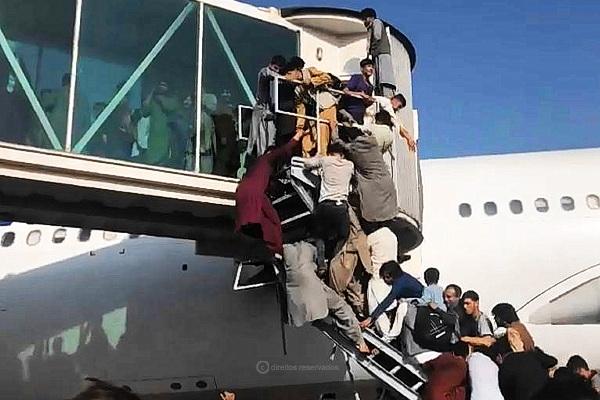 Afegãos a ocupar as mangas do Aeroporto de Cabul