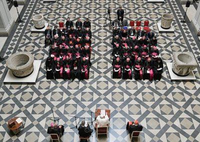 """Papa alerta para """"falsos messias"""" e pede purificação da religiosidade"""